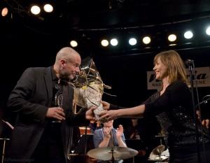 Erlend Skomsvoll mottar Buddy-prisen av Kristin Danielsen, styreleder i Norsk jazzforum (foto: Francesco Saggio)