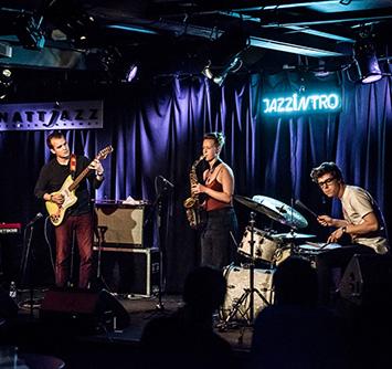 Alf Hulbækmo  – synthesizere, Martin Miguel Almagro Tonne – gitar,  Ola Djupvik  – trommer,  Signe Emmeluth  – altsax, komposisjon (foto: Øyvind Toft/Nattjazz)