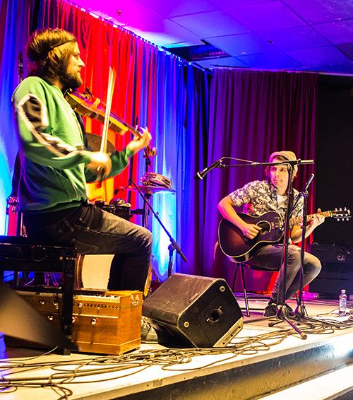 Duetrost består av Håkon Aase (Seljord) – fiolin, Fredrik Karwowski (Tårnåsen) – gitar, Knærten Simonsen (Oslo) – trommer. (foto: foto Hans Christian Graaner/Kongsberg Jazzfestival)