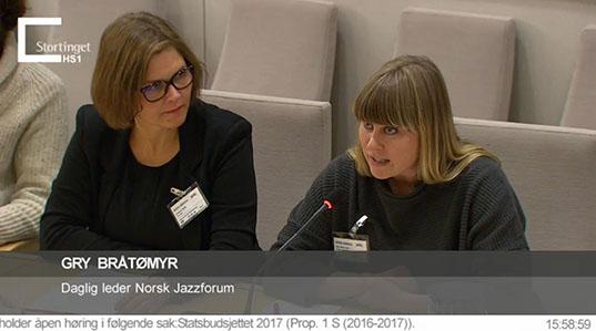 Daglig leder i Norsk jazzforum, Gry Bråtømyr (til høyre) på budsjetthøring i Stortinget sammen med Linda Dyrnes fra FolkOrg.
