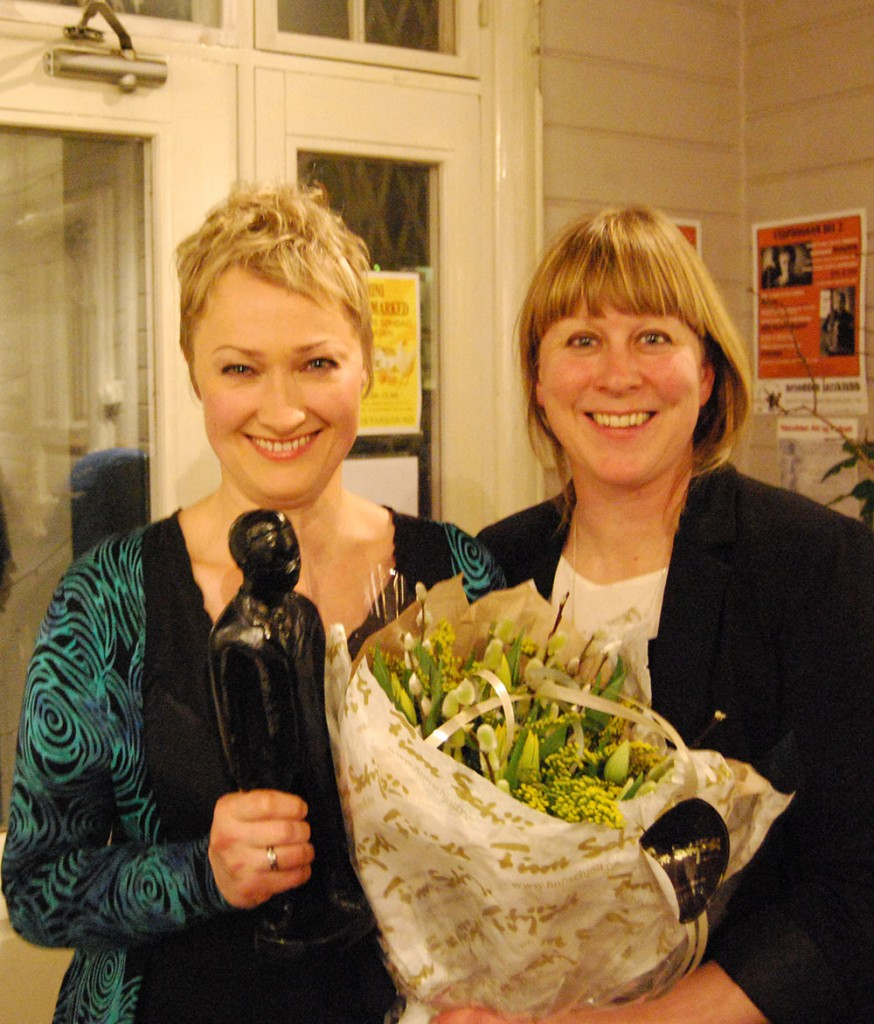 Live Maria Roggen ble hedret med Buddyprisen 2016. Prisen ble overrakt av daglig leder i Norsk jazzforum, Gry Bråtømyr. (foto: Camilla Slaattun Brauer)