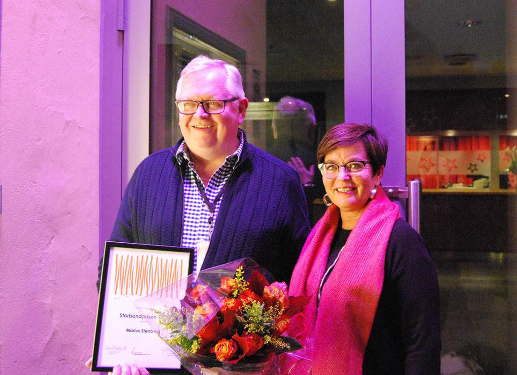 Vinner av Norsk jazzforums Storbandpris for 2017, Marius Stenberg, sammen med styreleder i Norsk jazzforum, Ingrid Brattset.