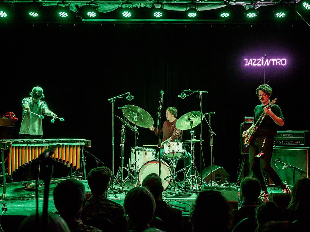 I Like to Sleep på Jazzintro-finalen under Moldejazz. Fra venstre: Amund Storløkken Åse, Øyvind Leite og Nicolas Leirtrø.  Foto: Thor Egil Leirtrø/Moldejazz