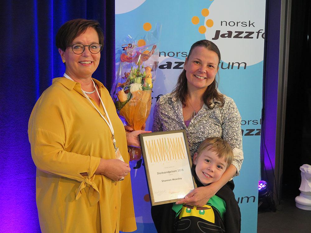 Shannon Mowday (til høyre) mottok Storbandprisen 2018 fra styreleder i Norsk jazzforum, Ingrid Brattset. (foto: Kari Grete Jacobsen/Østnorsk jazzsenter)