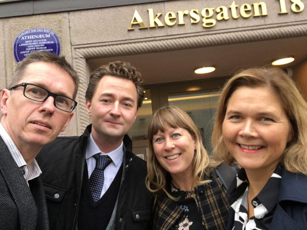 Gry Bråtømyr og Linda Dyrnes sammen med forbudsleder i Mfo, Hans Ole Rian, og samfunnskontakt i Music Norway, Edvard Olai Brekke Værland, som også deltok på dagens høring i Stortinget.