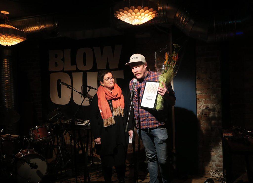Styreleder i Norsk jazzforum, Ingrid Brattset overrakte prisen til Ståle Liavik Solberg. Foto: Tine Hvidsten