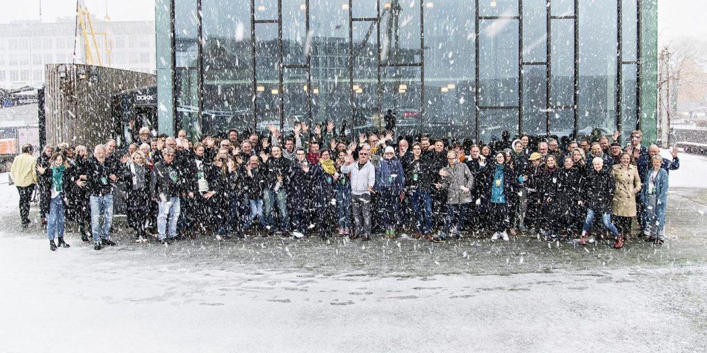 Svært utfordrende vær i Trondheim på søndagen, men landsmøtet trosser snøføyka og stiller til fotoseanse (foto: Arne Hauge/Norsk jazzforum)
