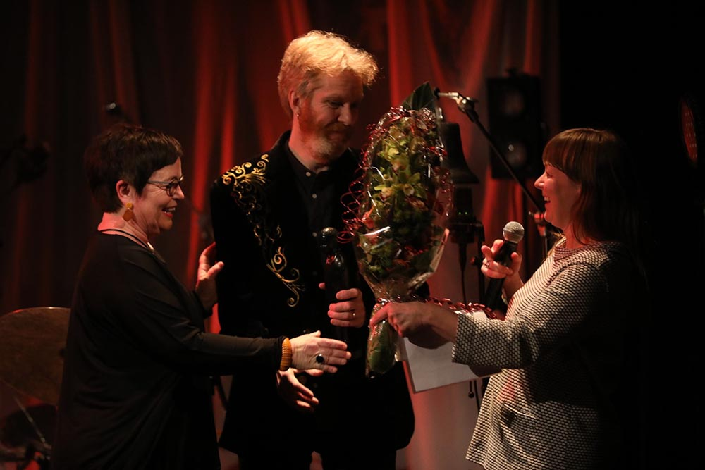 Ståle Storløkken ble tildelt Buddy 2019. Her med styreleder i Norsk jazzforum, Ingrid Brattset, og daglig leder, Gry Bråtømyr (til høyre). Foto: Nabeeh Samaan