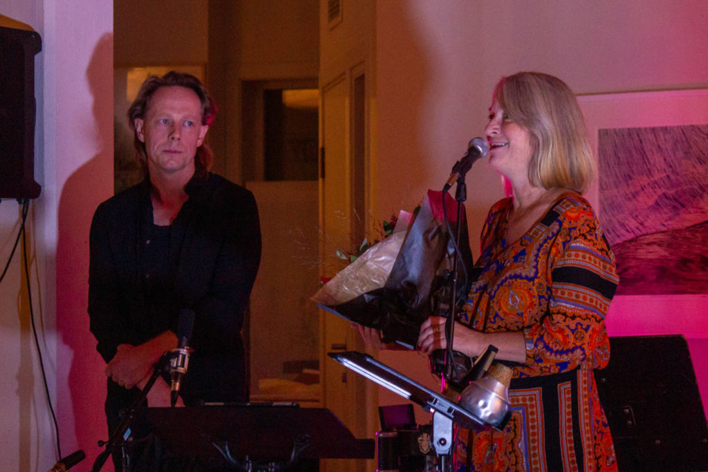 Leder av Inderøy jazzforum, Astrid Moen, tok i mot prisen av nestleder i Norsk jazzforum, Stian Westerhus. Foto: Birta Bjarkadottir.